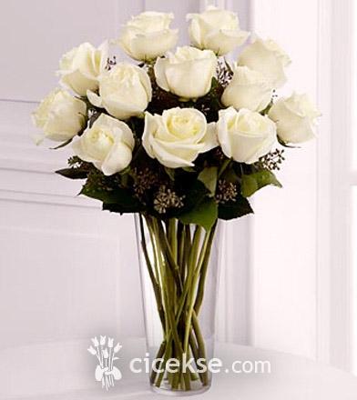 Что обозначают белые розы в подарок девушке 65